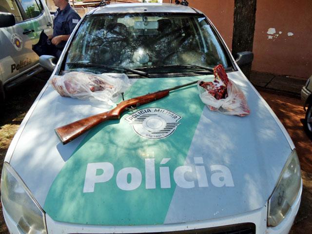 Foram apreendidas uma arma e carnes de tatu e capivara. Foto: Polícia Ambiental