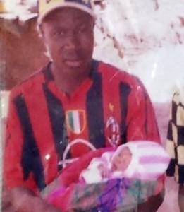 O pequeno Emile, primeiro paciente da epidemia de ebola, quando era recém-nascido, no colo do pai. Foto: AP Photo/Unicef/Beukes