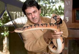 O médico mineiro Rodrigo de Souza com um exemplar de Surucucu.  Núcleo  Serra Grande, município vizinho a Ilhéus, BA