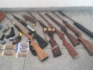 Armas foram apreendidas com falso policial na Bahia. (Foto: Divulgação)