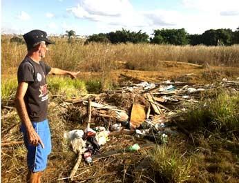 Abrão Carvalho mostra lixo que é despejado na região.Foto: Luiza Facchina/G1