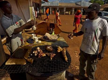 A carne de morcego é consumida em países africanos apesar do risco de contaminação pelo ebola.