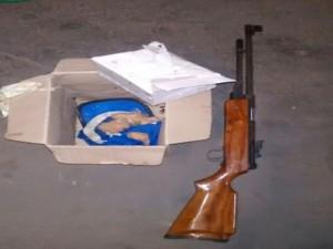 Arma de pressão estava no porta-malas da Volkswagen Parati. Foto: Polícia Rodoviária/ Divulgação