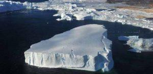 Foto aérea mostra grande pedaço de iceberg que se desprendeu na Antártica após derretimento de uma geleira. Foto: Zhang Jiansong - 1º março/2014 / Xinhua