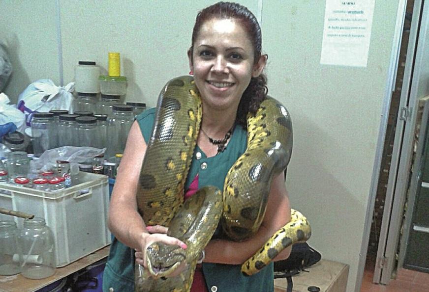 A médica veterinária Jucileide Araújo com sua jiboia macho, o 'Xepa'. Foto: Arquivo Pessoal